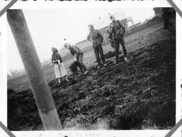 Немецкие солдаты помогают женщине, весна 1942 года