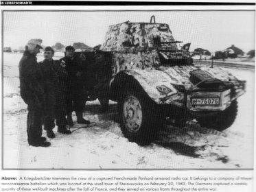 Фотокорреспондент берёт интервью у комманды бронированного радиоавтомобиля Panhard французского происзводства