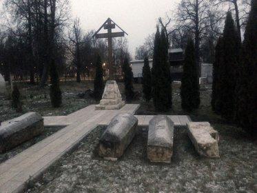 Надгробия Таракановых, 2-е справа принадлежит генерал-аншефу Алексею Ивановичу Тараканову, 3-е его сыну Ивану, 4-е женское.