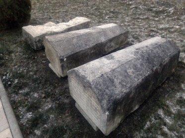 Надгробия Таракановых. Первое неизвестно, следующее принадлежит генерал-аншефу Алексею Ивановичу Тараканову, следующее - его сыну Ивану.