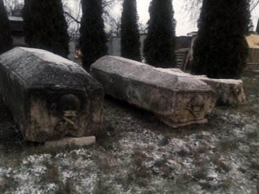 Надгробия Таракановых. Обратная сторона с Мёртвой головой.