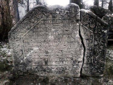 Женское надгробие, стоит отдельно.